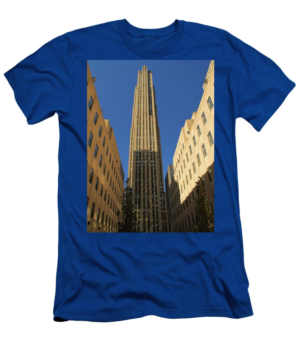 Rockefeller Plaza Building Men's T-Shirt (Athletic Fit) featuring the photograph Ge Building by Dan Sproul