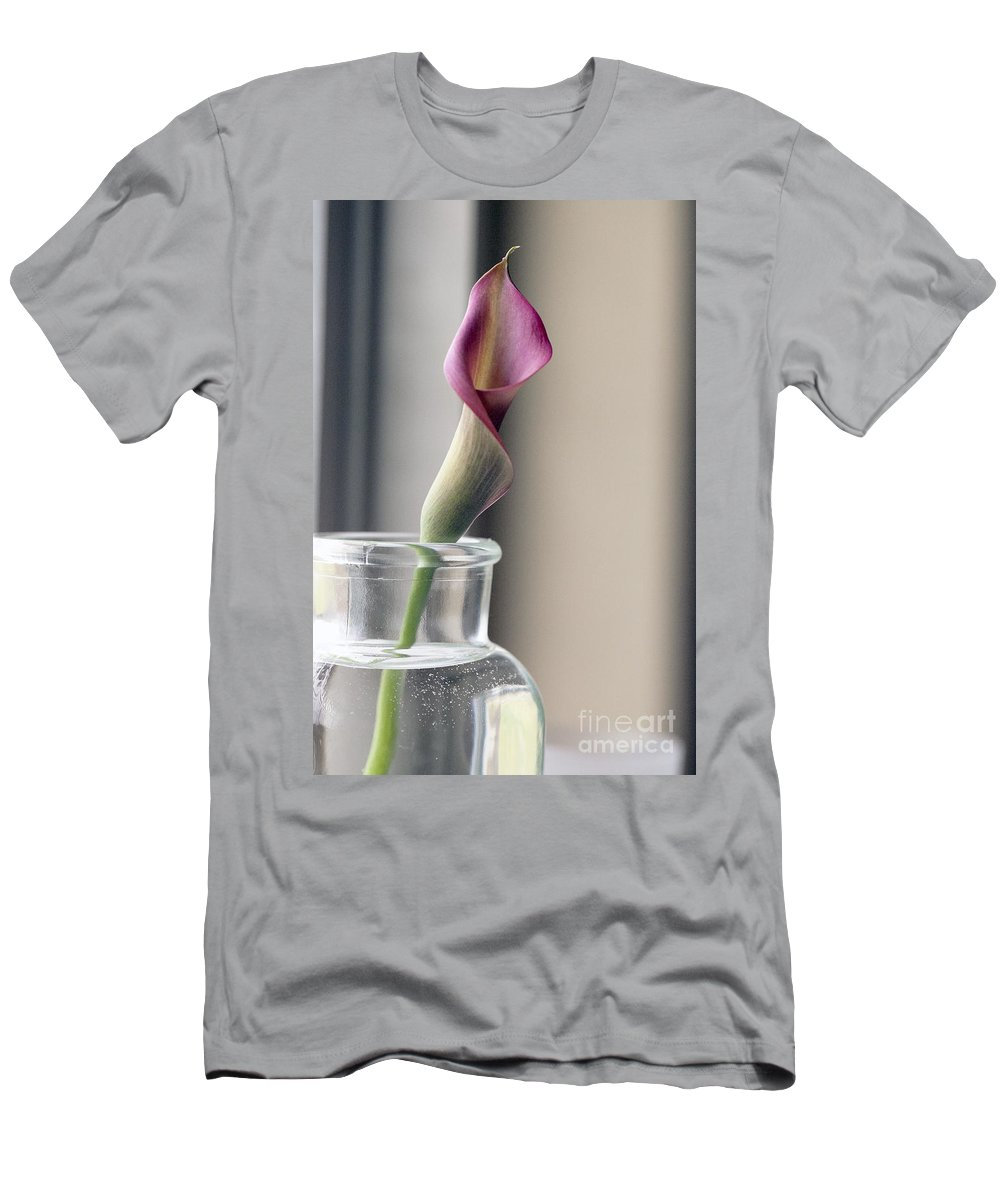 Lilly Men's T-Shirt (Athletic Fit) featuring the photograph Waiting by Amanda Barcon