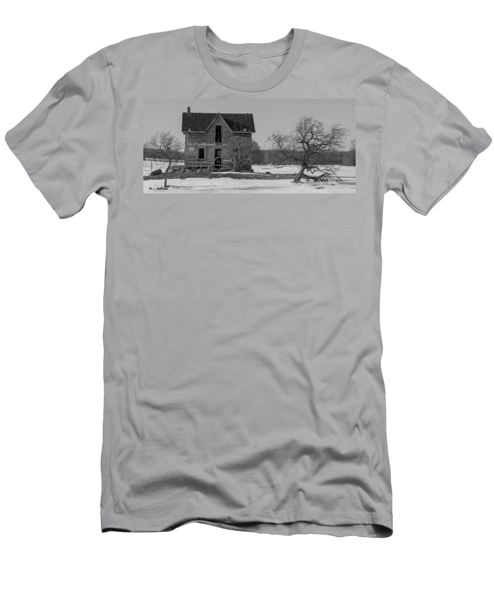 Abandoned Men's T-Shirt (Athletic Fit) featuring the photograph Abandoned Farmhouse by Richard Kitchen