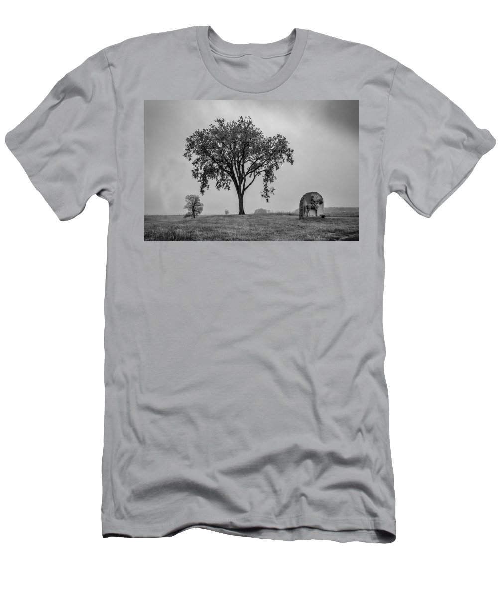 17th Pennsylvania Cavalry Men's T-Shirt (Athletic Fit) featuring the photograph Oak Ridge 2698 by Guy Whiteley