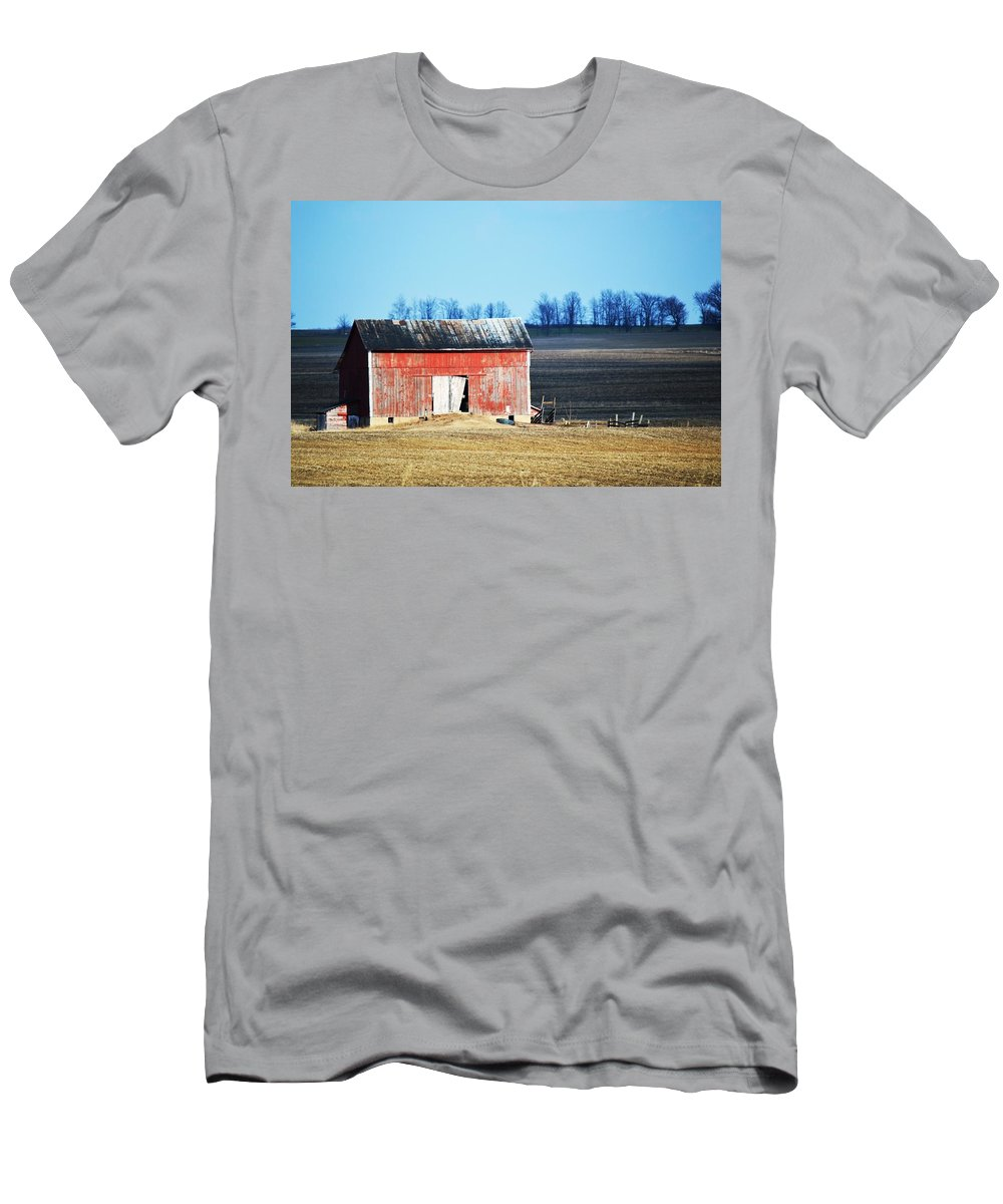 Barn Men's T-Shirt (Athletic Fit) featuring the photograph Weather Worn by Linda Kerkau