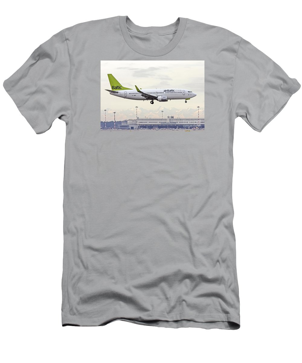 Boeing 737 Men's T-Shirt (Athletic Fit) featuring the photograph Air Baltic Boeing 737-300 by Amos Dor