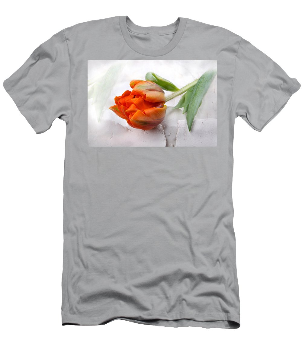 Tulip Men's T-Shirt (Athletic Fit) featuring the photograph Boheme by Manfred Lutzius