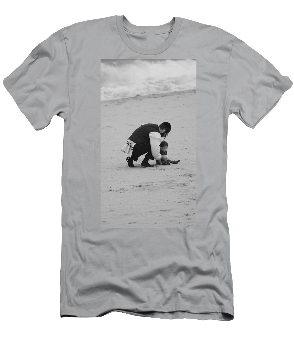 Black And White Men's T-Shirt (Athletic Fit) featuring the photograph Father And Daughter by Rob Hans