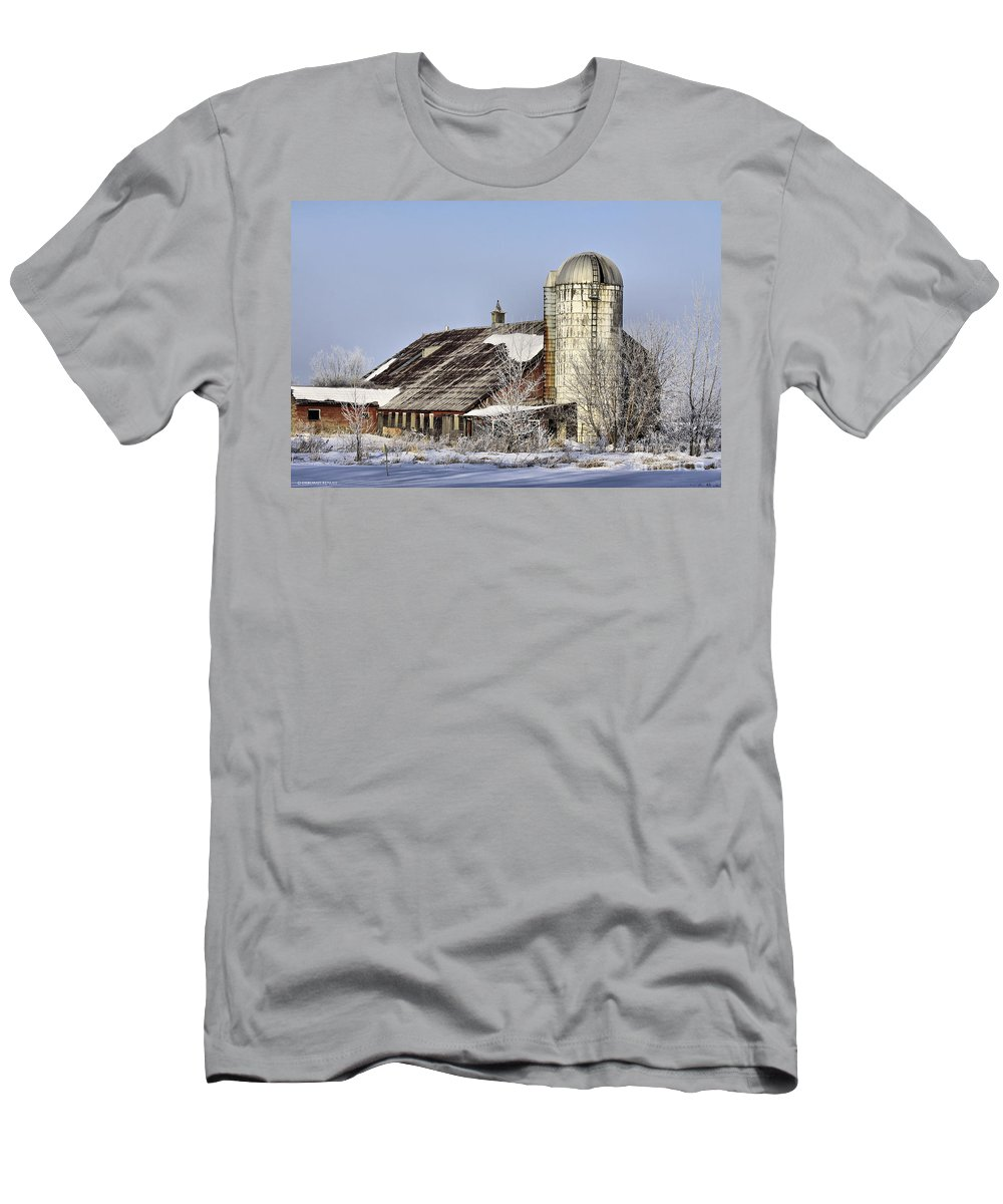 Vermont Men's T-Shirt (Athletic Fit) featuring the photograph Lower Newton Rd. Barn by Deborah Benoit