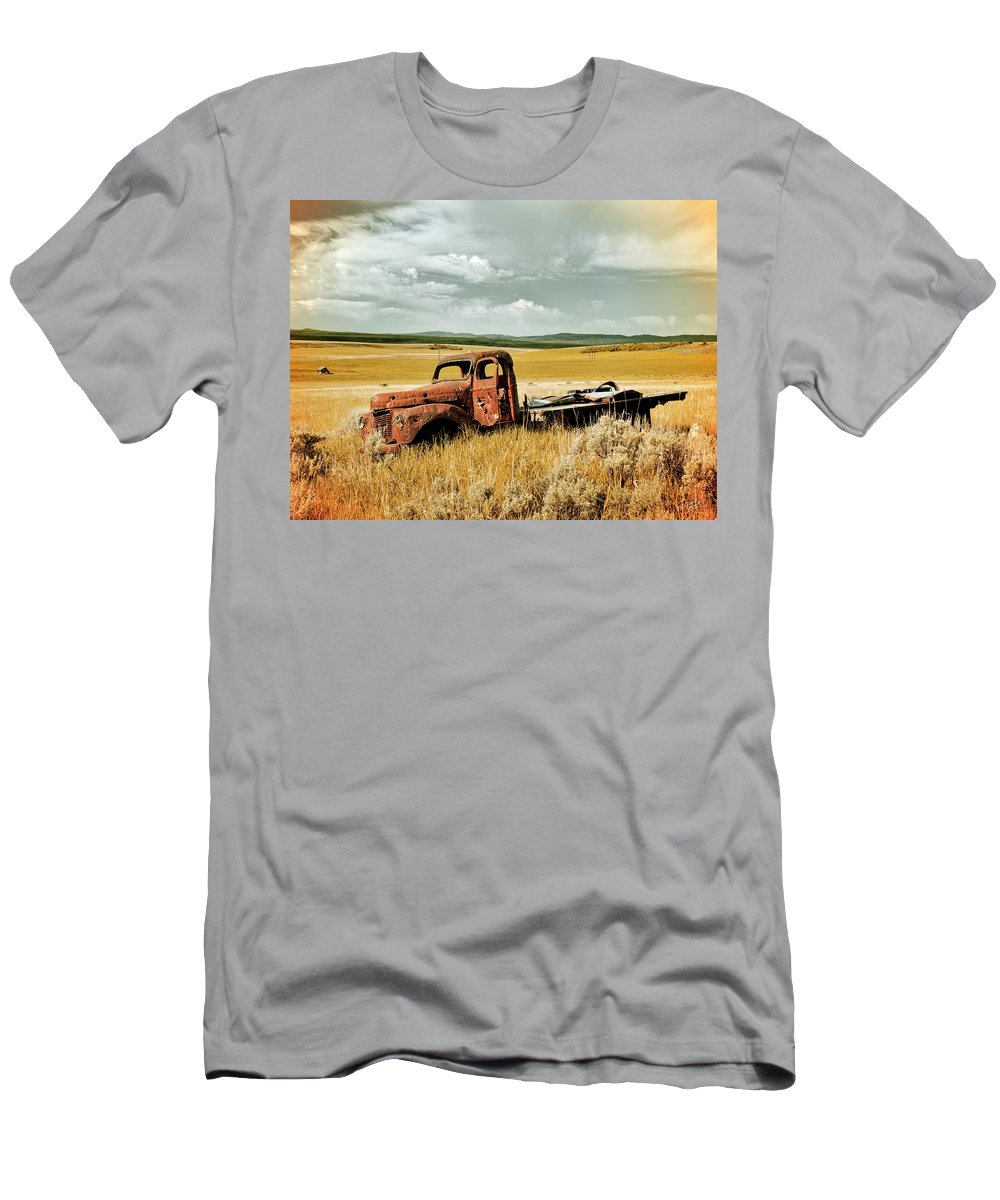 Aged Men's T-Shirt (Athletic Fit) featuring the photograph Shot by Leland D Howard