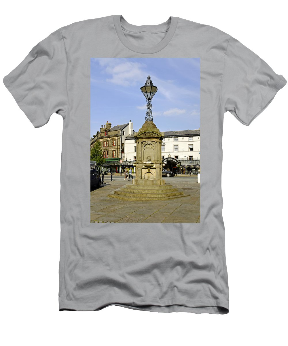 Buxton Men's T-Shirt (Athletic Fit) featuring the photograph Turner's Memorial At Buxton by Rod Johnson