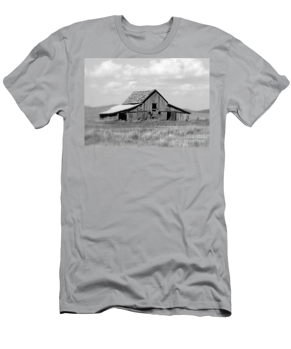 Barn Men's T-Shirt (Athletic Fit) featuring the photograph Warm Memories - Black And White by Carol Groenen