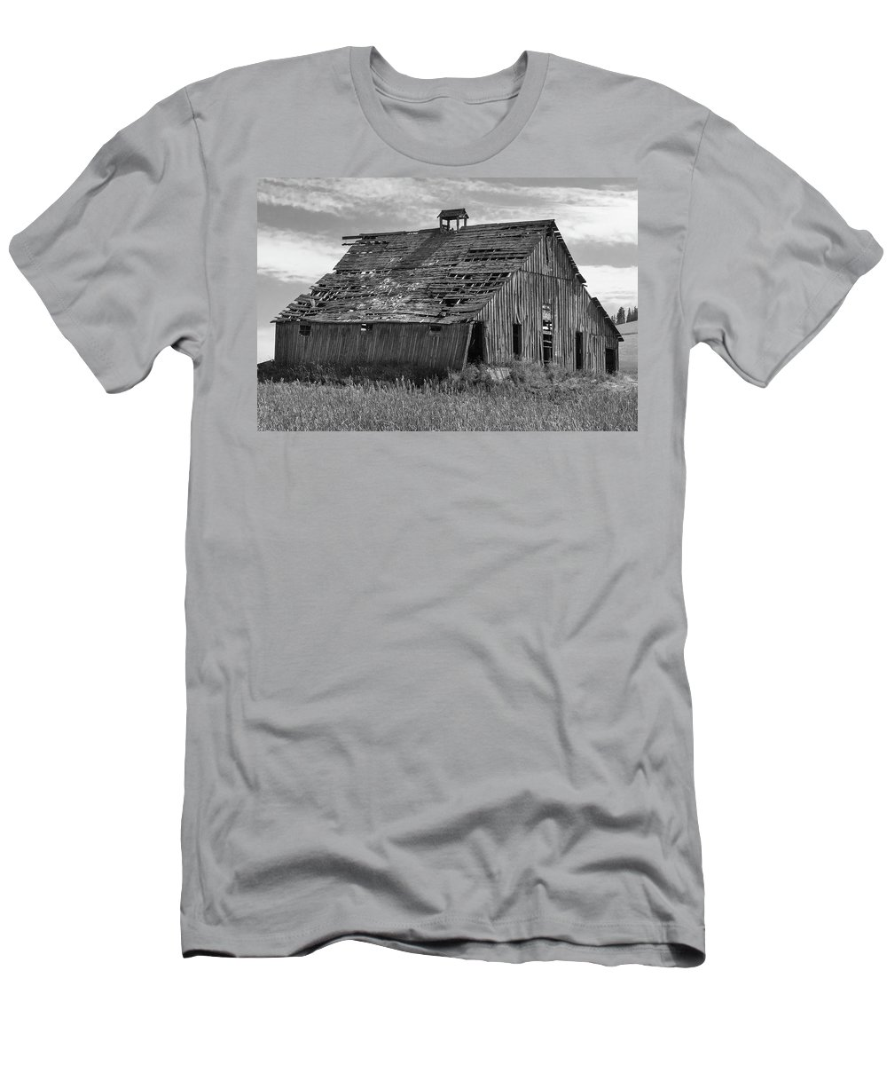 Sky Men's T-Shirt (Athletic Fit) featuring the photograph Palouse Barn 9933 by Bob Neiman