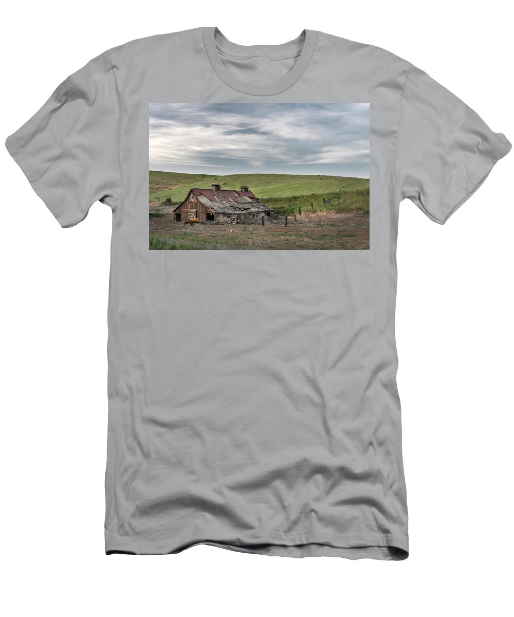 Sky Men's T-Shirt (Athletic Fit) featuring the photograph Palouse Barn 9907 by Bob Neiman