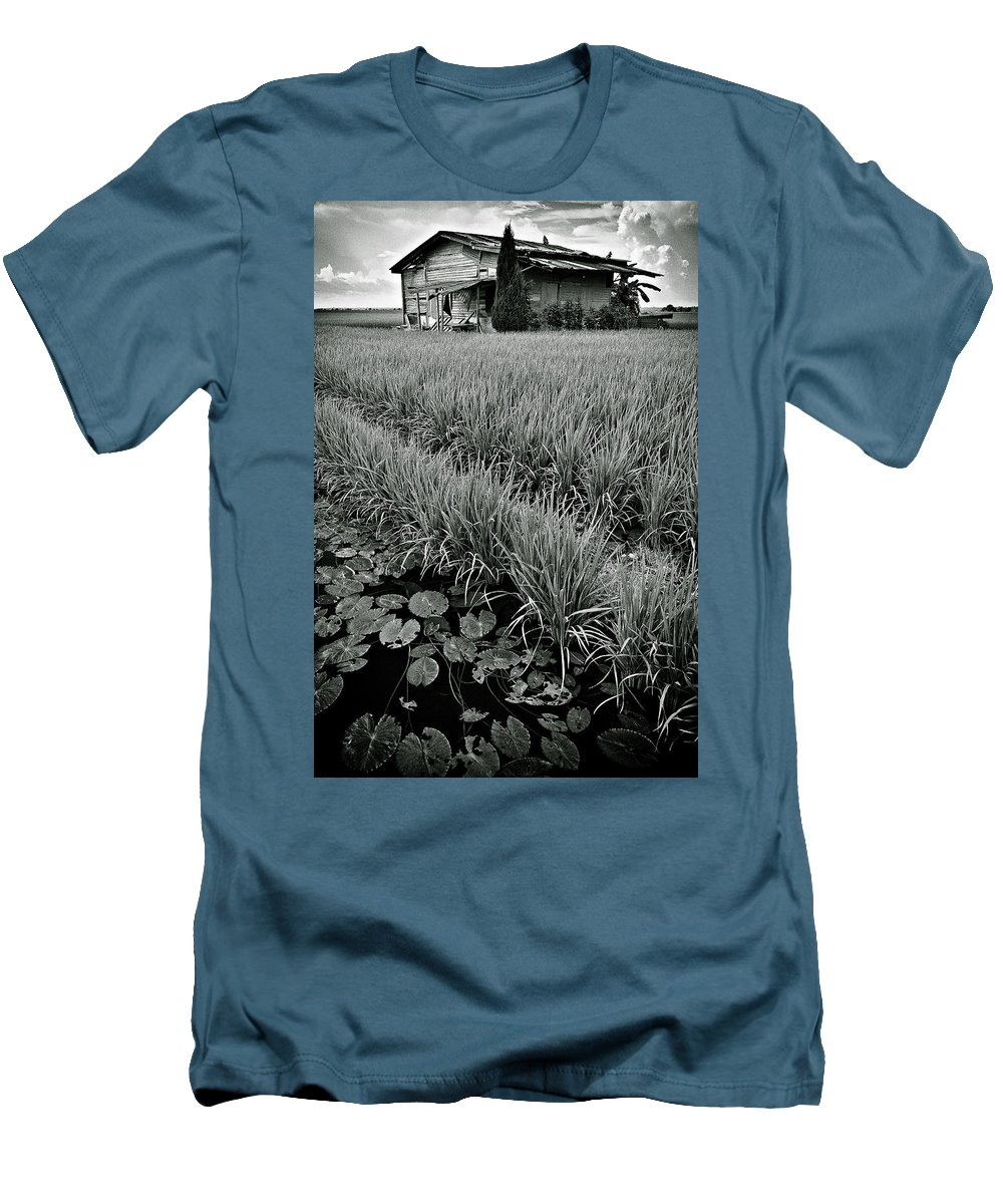 House Men's T-Shirt (Athletic Fit) featuring the photograph Abandoned House by Dave Bowman