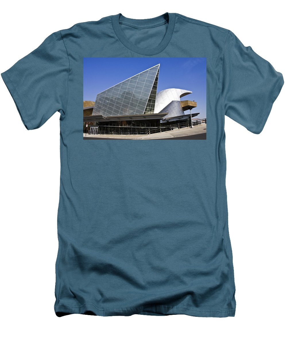 Roanoke Men's T-Shirt (Athletic Fit) featuring the photograph Taubman Museum Of Art Roanoke Virginia by Teresa Mucha