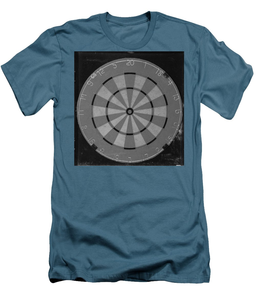 Macro Men's T-Shirt (Athletic Fit) featuring the photograph The Dart Board In Black And White by Rob Hans