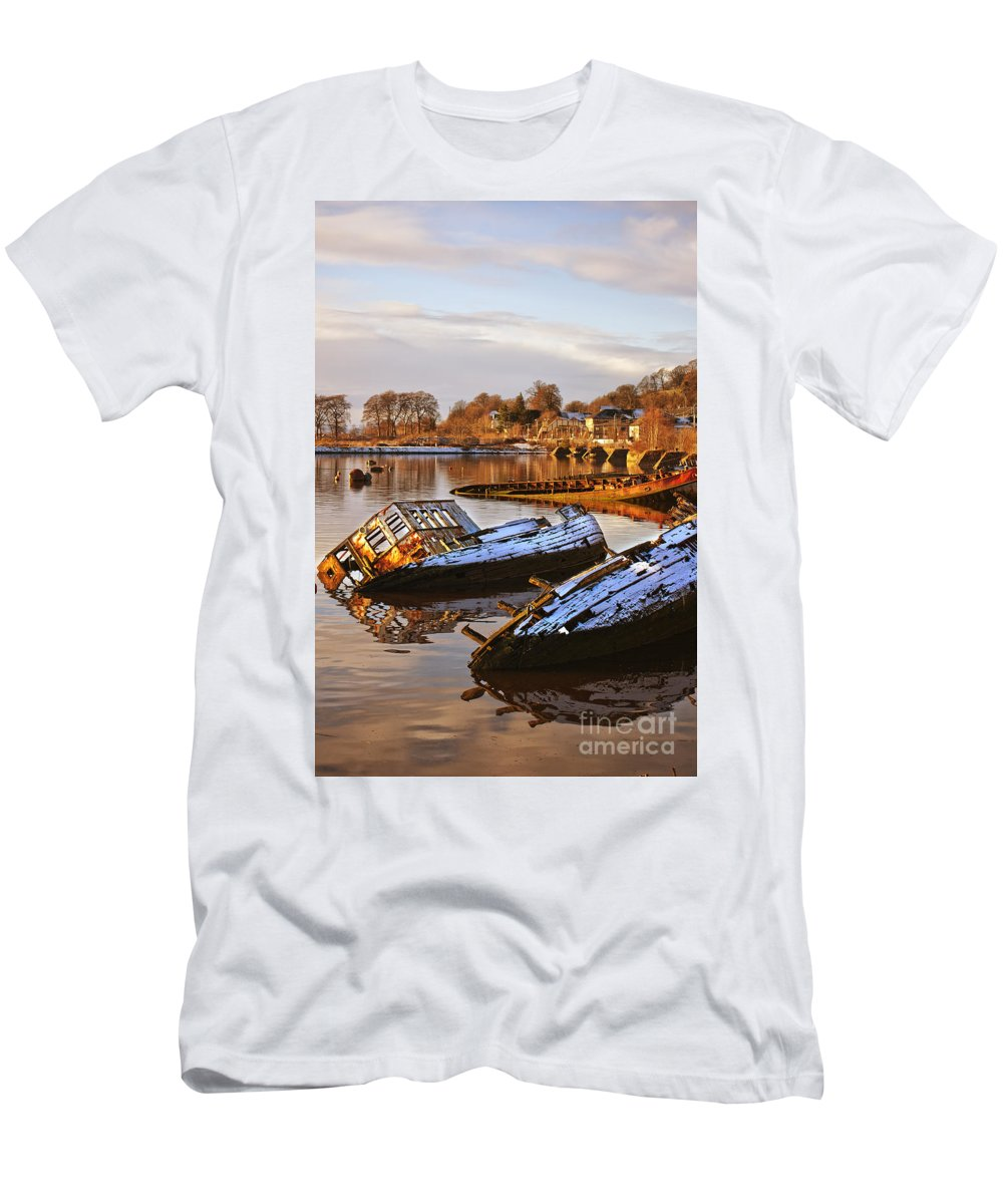 Bowling Men's T-Shirt (Athletic Fit) featuring the photograph Bowling Harbour 02 by Antony McAulay