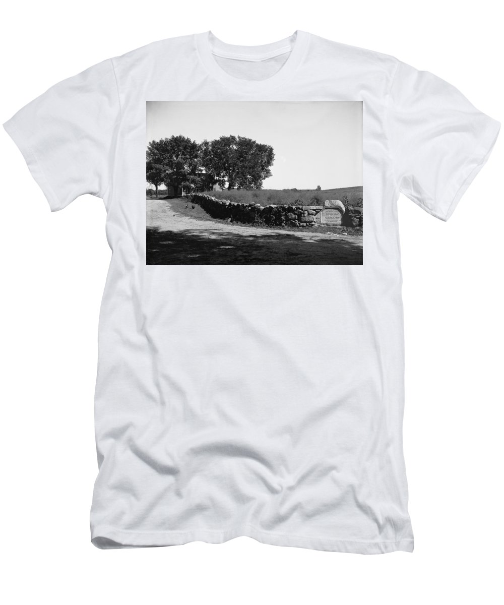 1775 Men's T-Shirt (Athletic Fit) featuring the photograph Concord: Meriams Corner by Granger