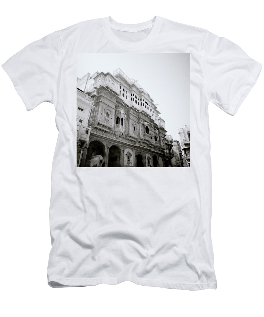 House Men's T-Shirt (Athletic Fit) featuring the photograph Nathmalji Ki Haveli by Shaun Higson