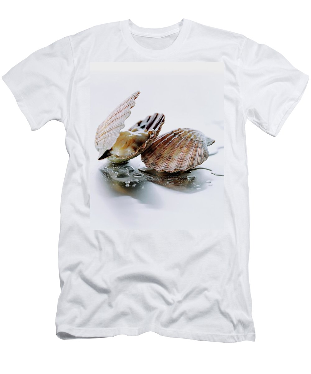 Cooking Men's T-Shirt (Athletic Fit) featuring the photograph Two Scallops by Romulo Yanes