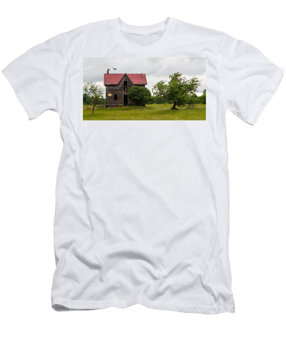 Landscape Men's T-Shirt (Athletic Fit) featuring the photograph Vultures On A Farmhouse by Richard Kitchen