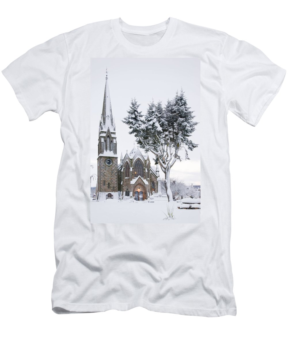 Ballater Men's T-Shirt (Athletic Fit) featuring the photograph Ballater Church In Snow by Howard Kennedy
