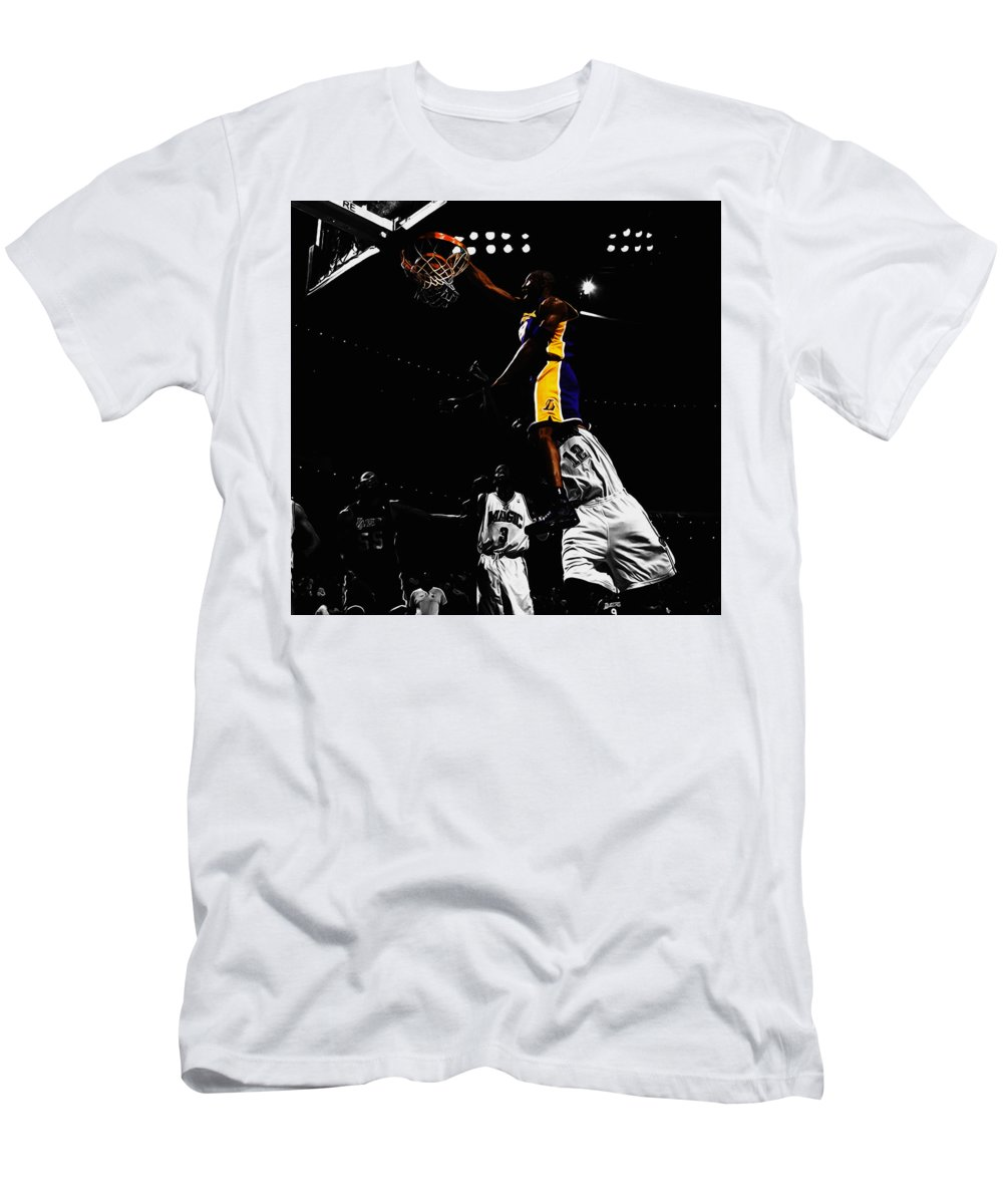 release date c7962 88d10 Kobe Bryant On Top Of Dwight Howard Men's T-Shirt (Athletic Fit)