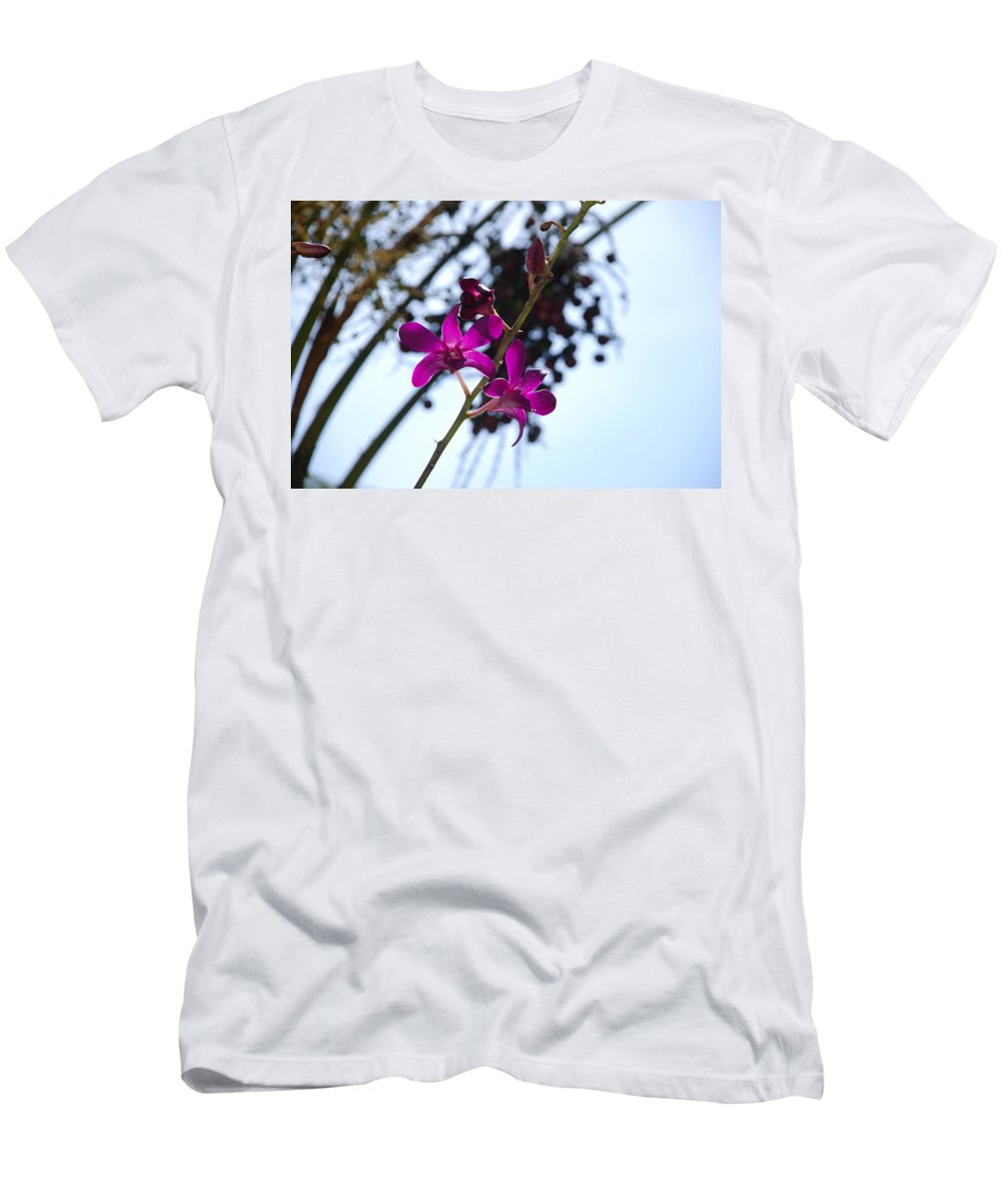 Macro Men's T-Shirt (Athletic Fit) featuring the photograph Purple Flowers In The Sky by Rob Hans