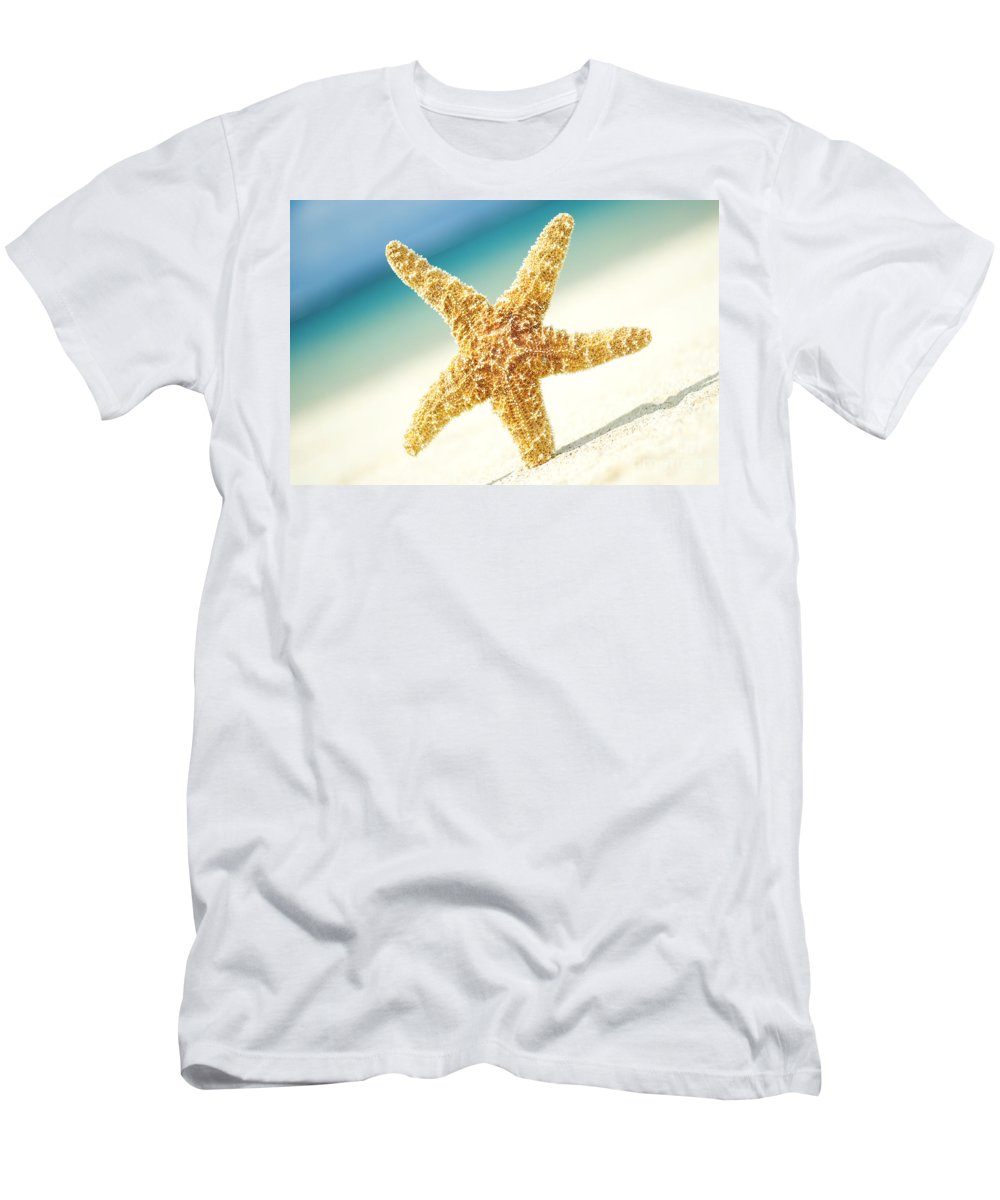 28-csm0003 Men's T-Shirt (Athletic Fit) featuring the photograph Seastar On Beach by Mary Van de Ven - Printscapes