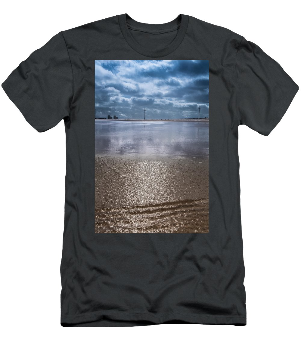 Nature Men's T-Shirt (Athletic Fit) featuring the photograph Back To Sea by Edgar Laureano