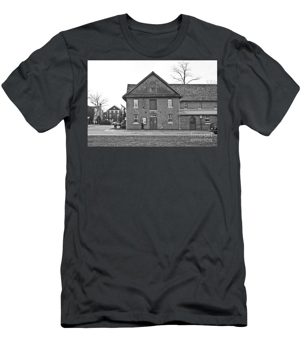 Kentlands Men's T-Shirt (Athletic Fit) featuring the photograph Kentlands Arts Barn by Thomas Marchessault
