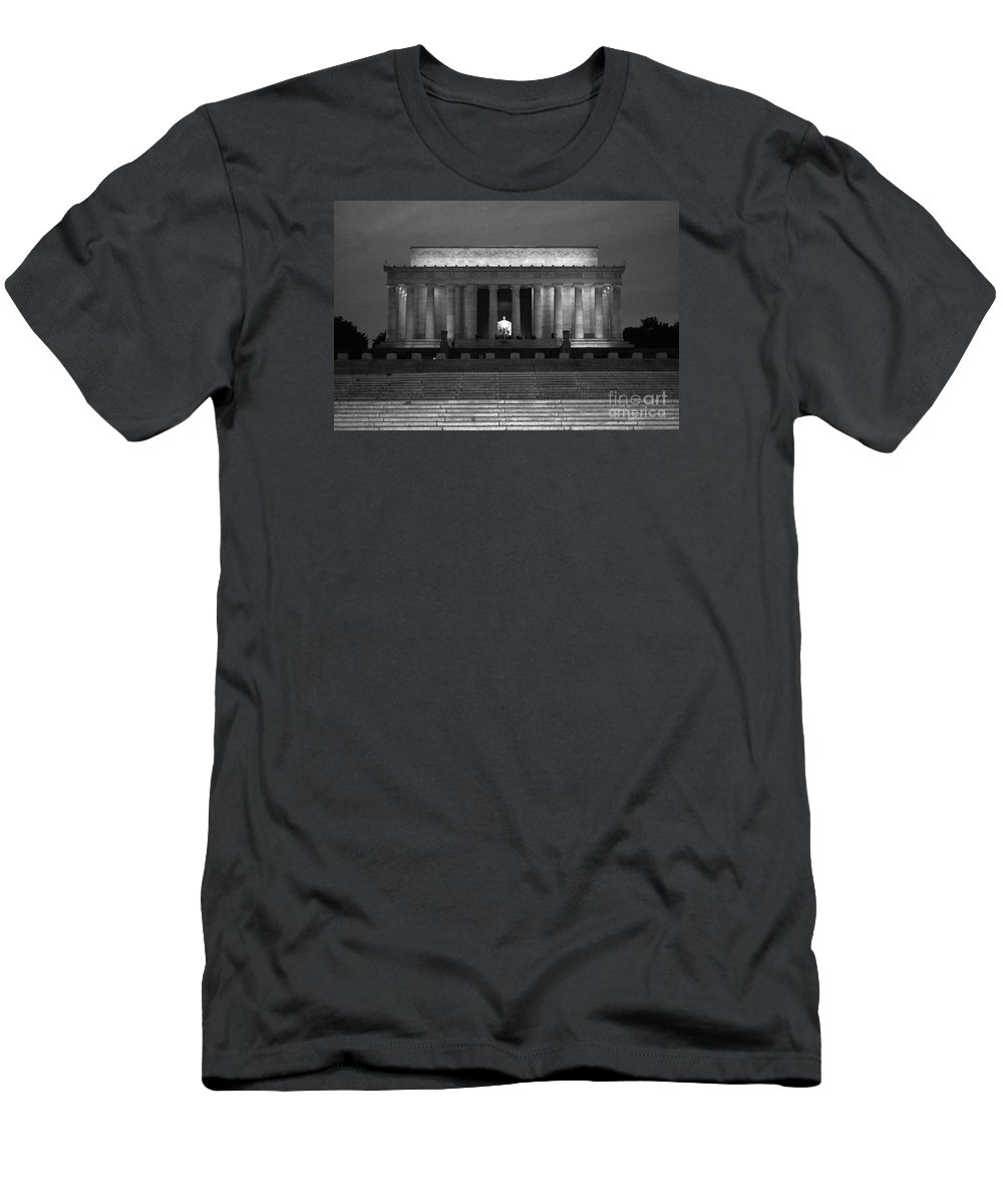 Lincoln Memorial Men's T-Shirt (Athletic Fit) featuring the photograph The Glow Of Leadership by Andrew Romer