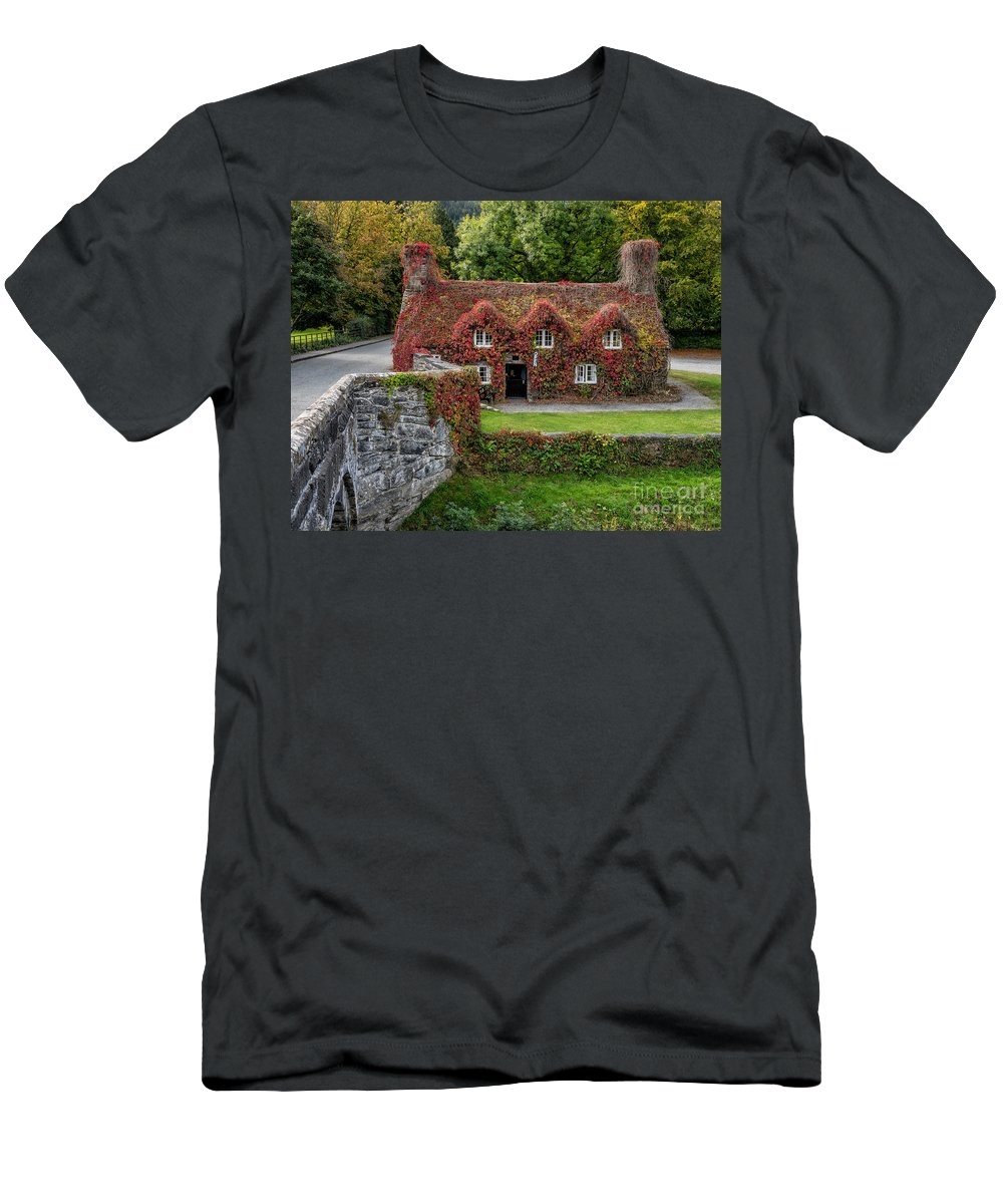 15th Century Men's T-Shirt (Athletic Fit) featuring the photograph Ye Olde Courthouse by Adrian Evans