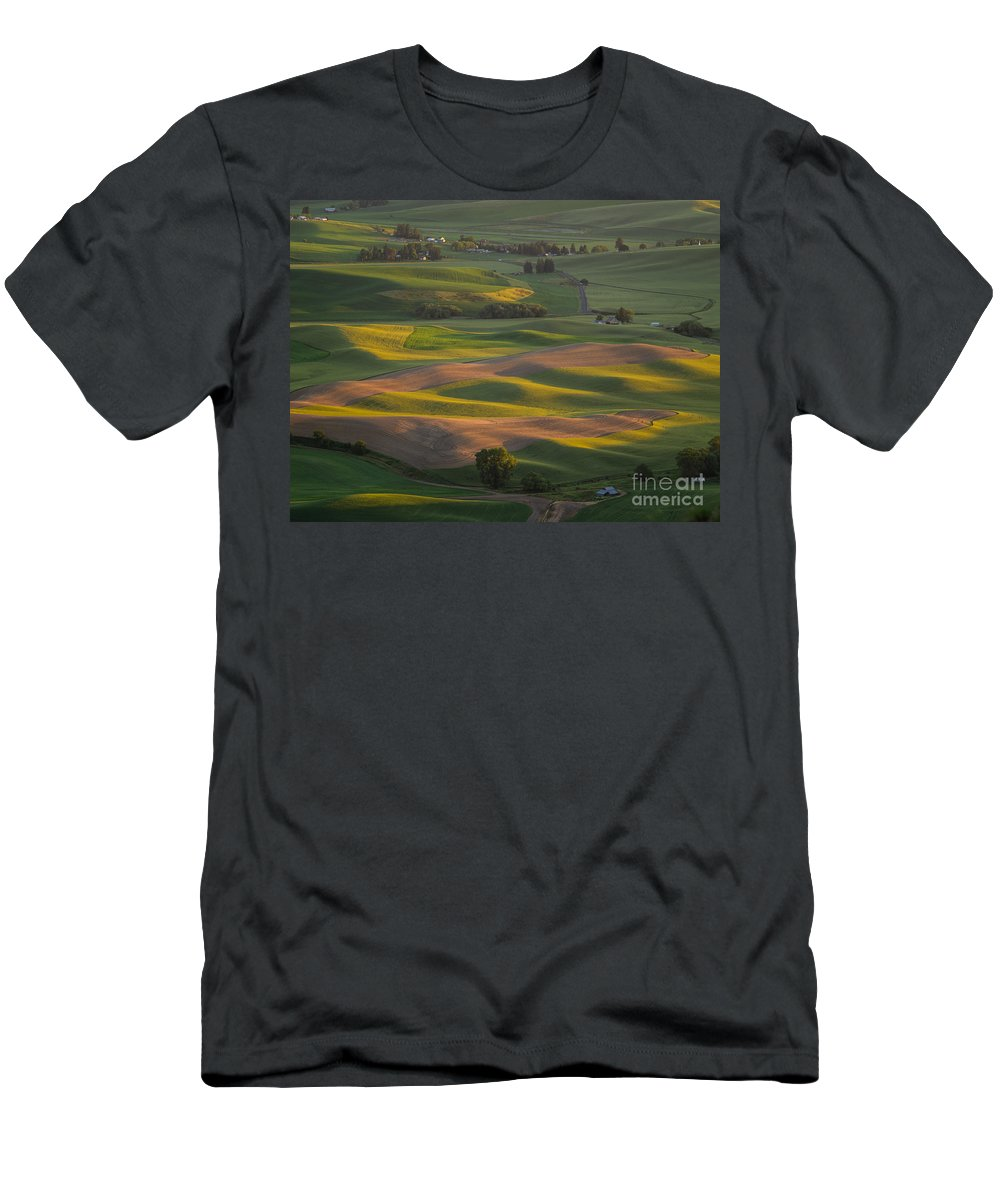 Barns Men's T-Shirt (Athletic Fit) featuring the photograph Steptoe Butte 10 by Tracy Knauer