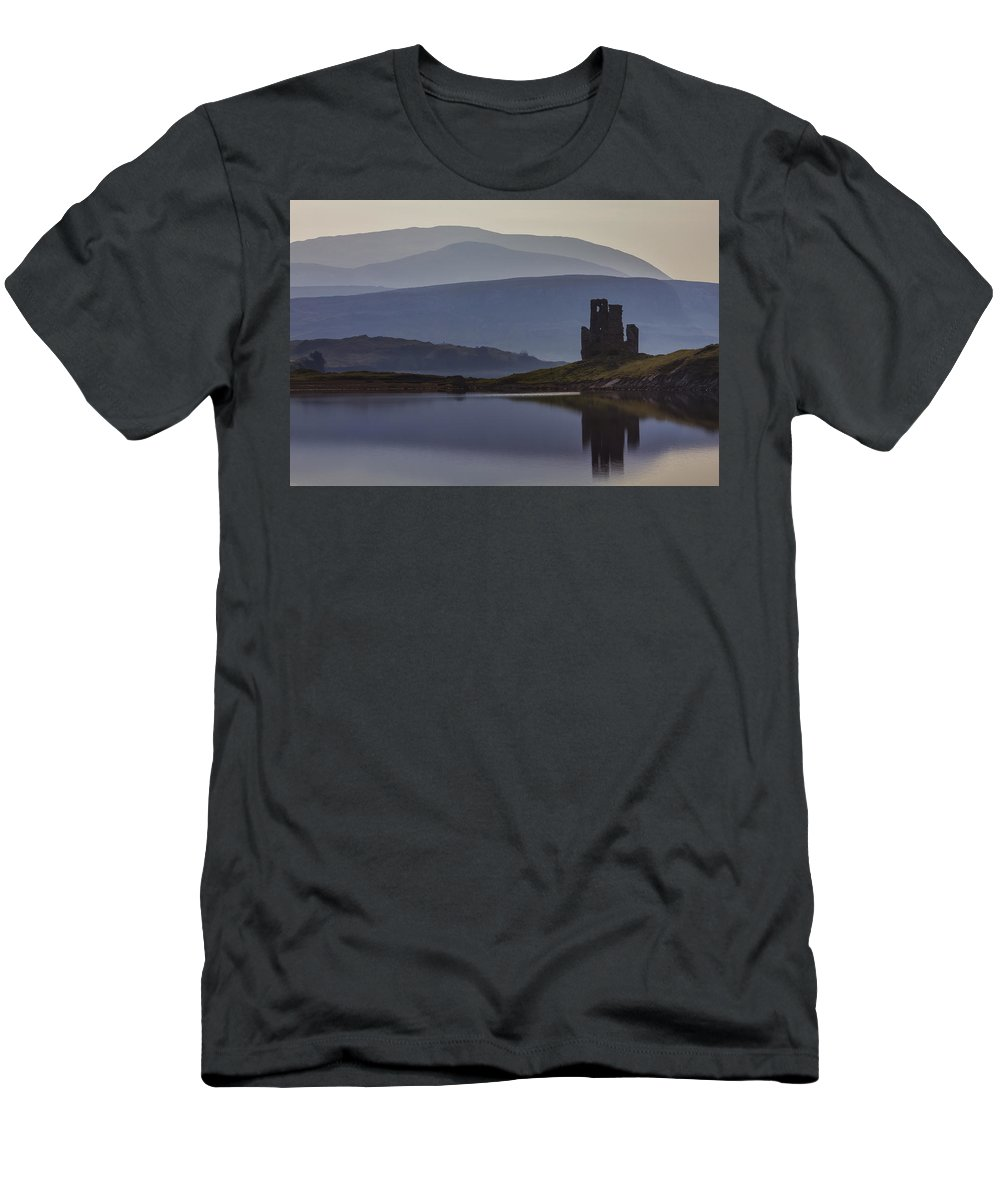 Castle Men's T-Shirt (Athletic Fit) featuring the photograph Ardvreck Castle And Loch Assynt by Derek Beattie
