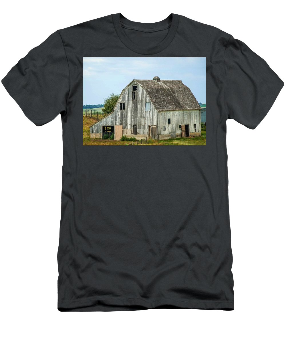 Barn Men's T-Shirt (Athletic Fit) featuring the photograph Barn 1 by Cathy Smith