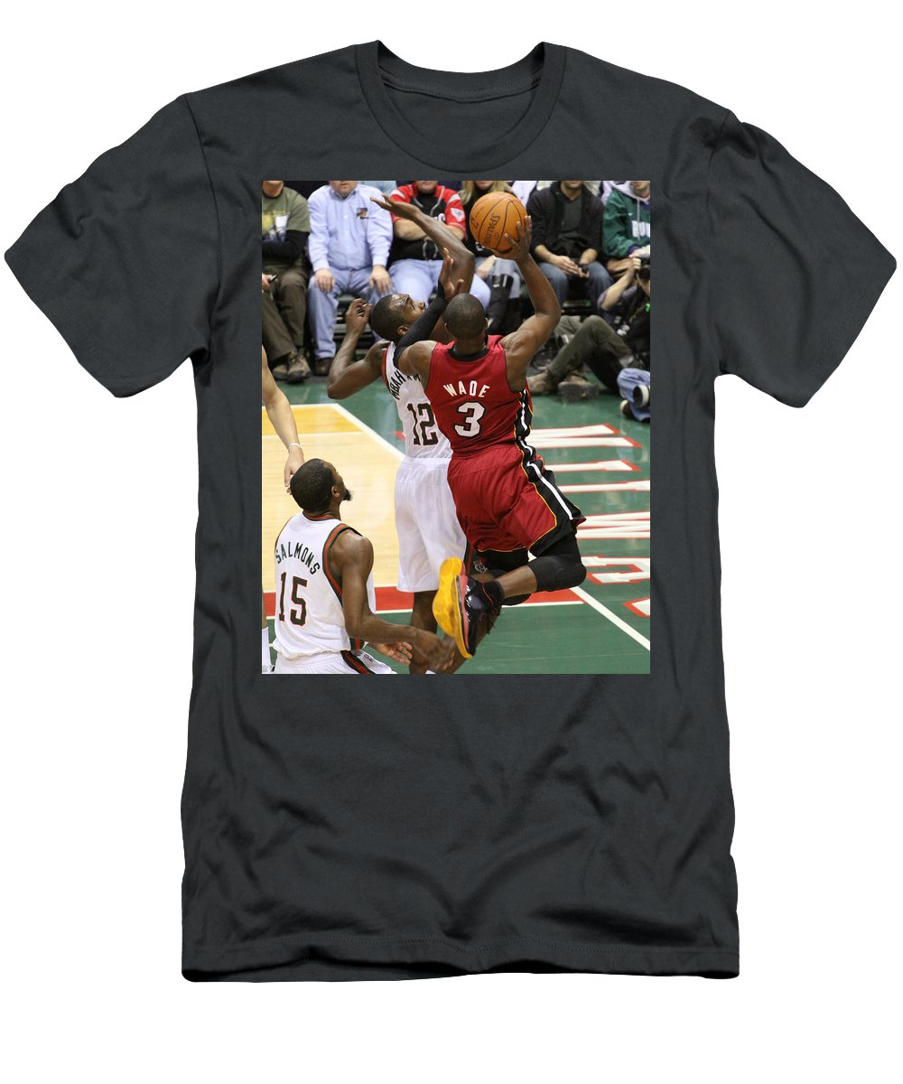 official photos bc071 09419 Dwyane Wade Men's T-Shirt (Athletic Fit)
