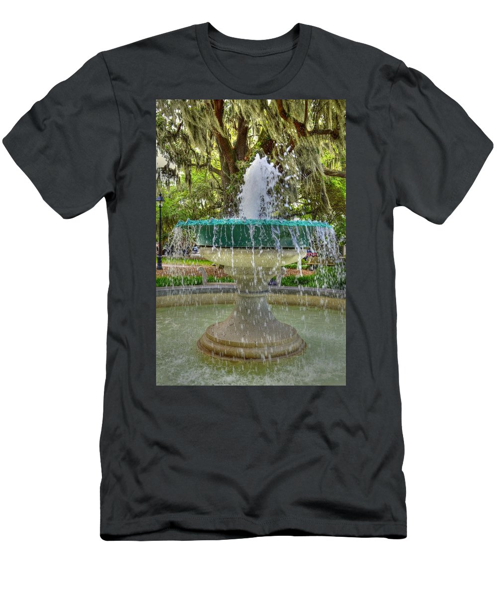 Savannah Men's T-Shirt (Athletic Fit) featuring the photograph Fountain In Savannah by Linda Covino