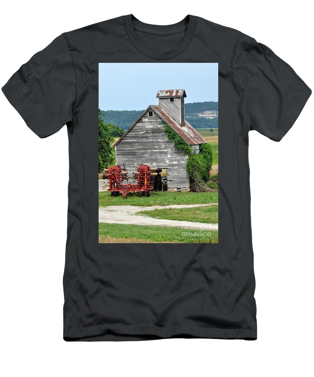 Barn Men's T-Shirt (Athletic Fit) featuring the photograph Ilini Barn by Marty Koch