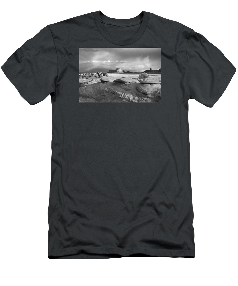 Monument Men's T-Shirt (Athletic Fit) featuring the photograph Mystery Valley Overlook Ir 0550 by Bob Neiman