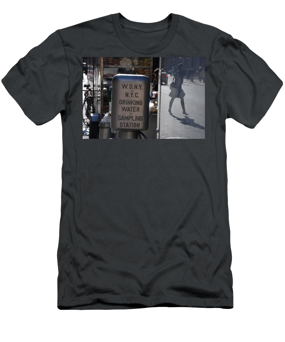 Street Scene Men's T-Shirt (Athletic Fit) featuring the photograph Nyc Drinking Water by Rob Hans
