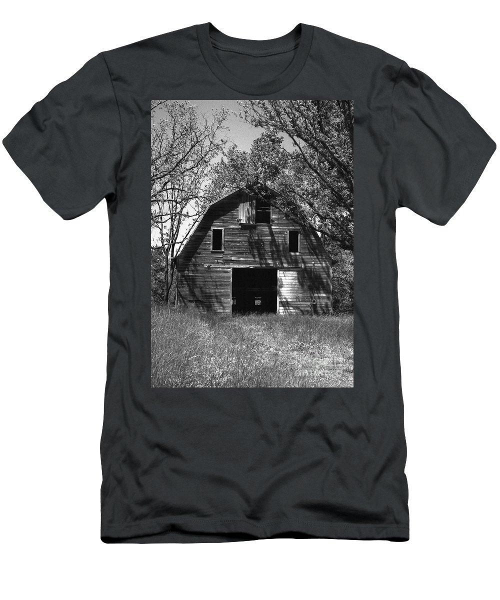 Barrns Men's T-Shirt (Athletic Fit) featuring the photograph Old Cedar Barn by Richard Rizzo