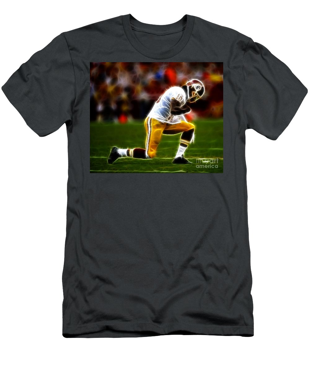 Rg3 Men's T-Shirt (Athletic Fit) featuring the photograph Rg3 - Tebowing by Paul Ward