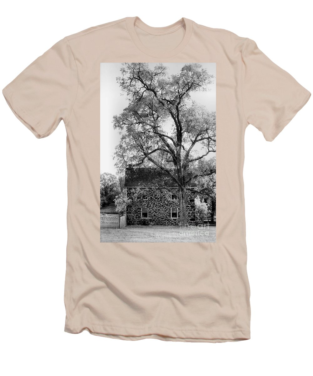 Homes Men's T-Shirt (Athletic Fit) featuring the photograph Old Stone House by Richard Rizzo