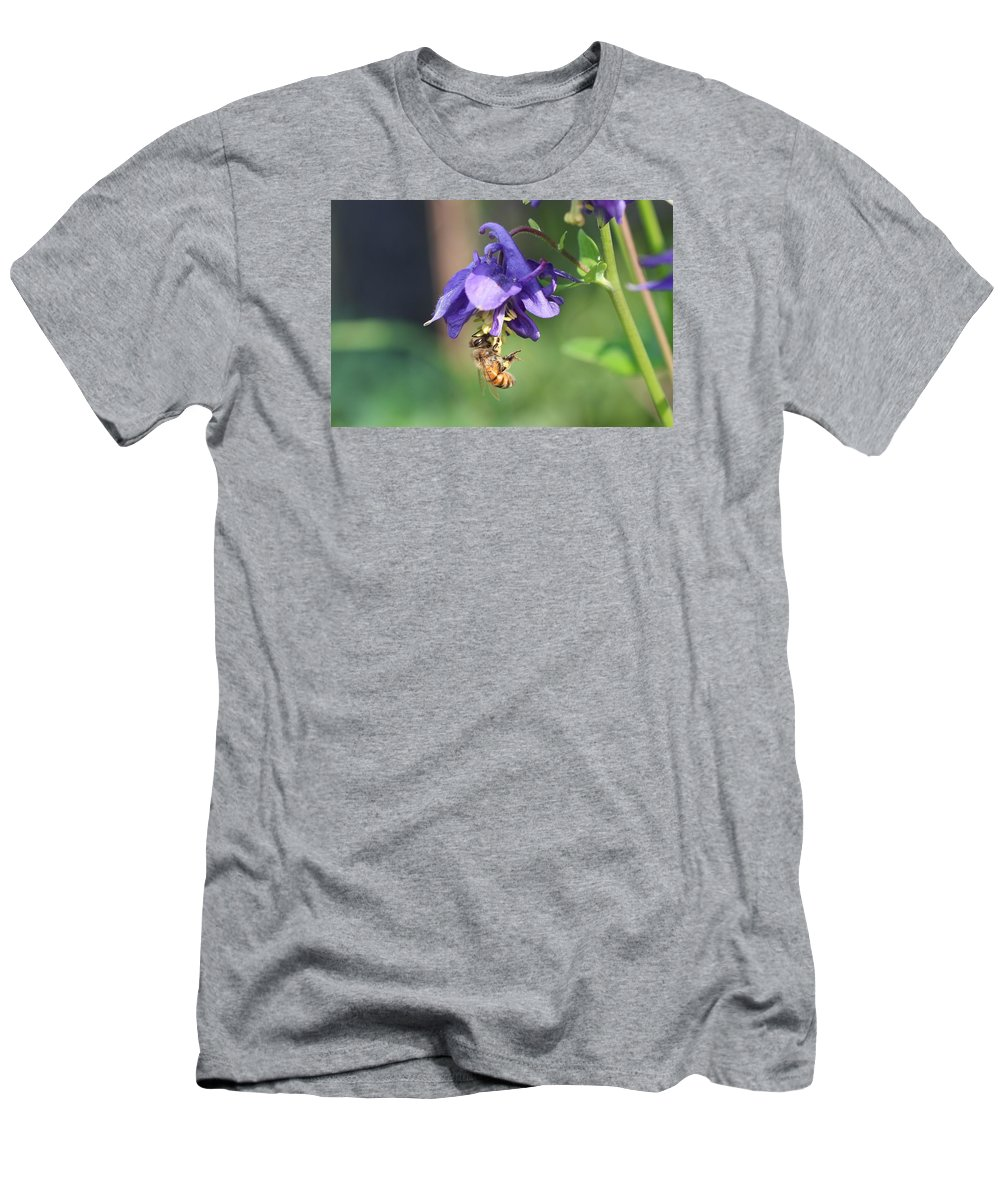 Honeybee Men's T-Shirt (Athletic Fit) featuring the photograph Free Swinging And Gathering by Lucinda VanVleck