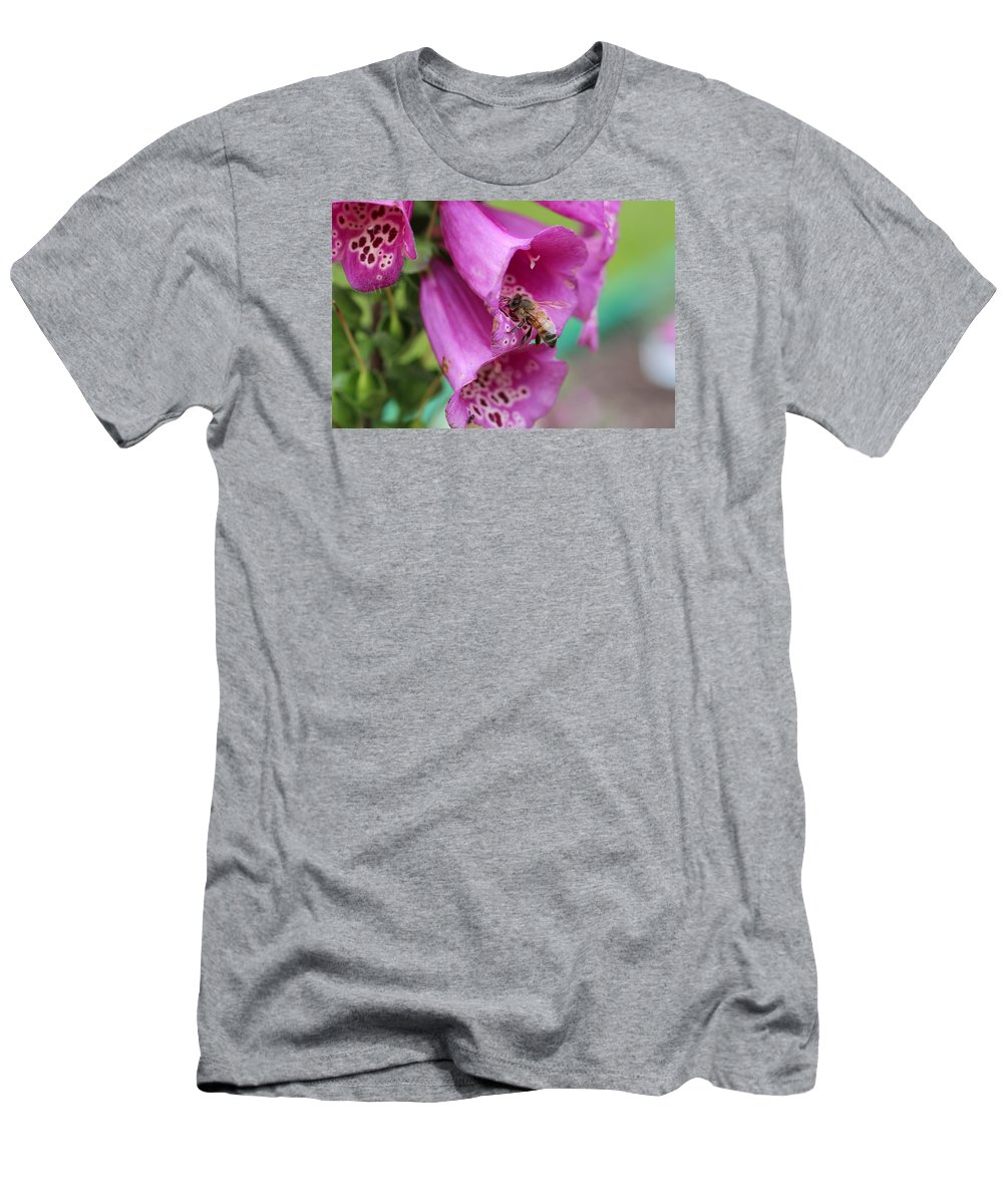 Honeybee Men's T-Shirt (Athletic Fit) featuring the photograph Going In by Lucinda VanVleck