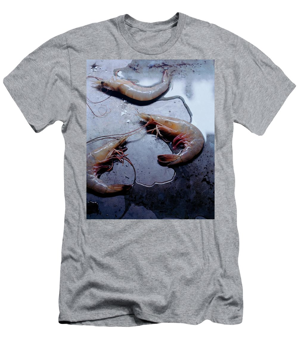 Cooking Men's T-Shirt (Athletic Fit) featuring the photograph Raw Shrimp by Romulo Yanes