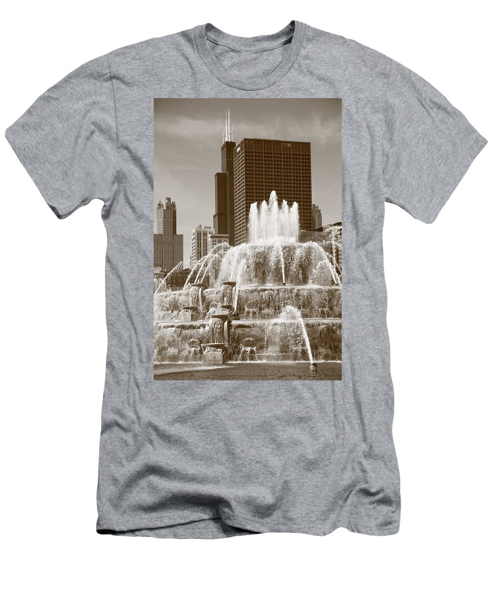 America Men's T-Shirt (Athletic Fit) featuring the photograph Chicago Skyline And Buckingham Fountain by Frank Romeo