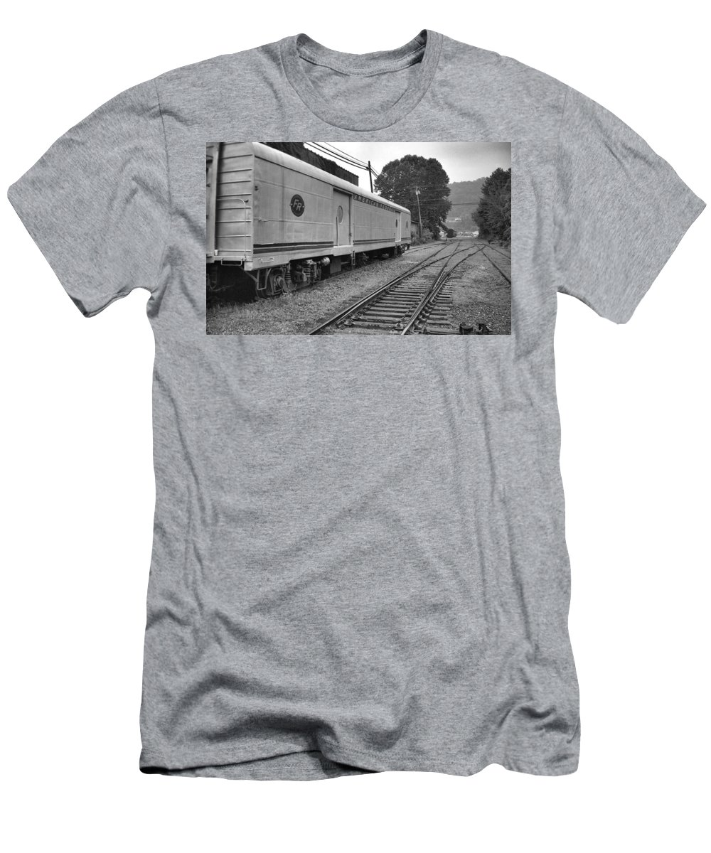 Trains Men's T-Shirt (Athletic Fit) featuring the photograph American Federail by Richard Rizzo