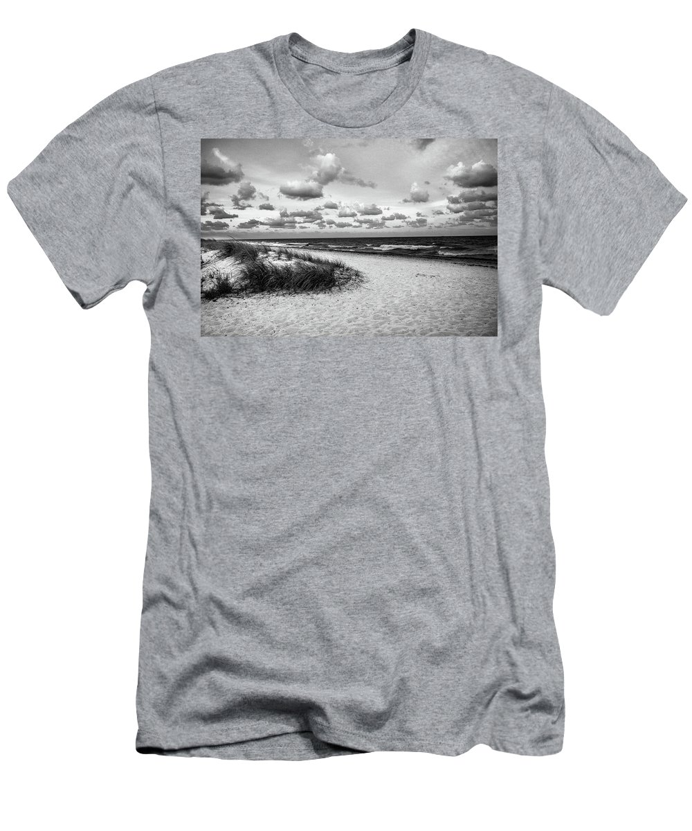 Sunset Men's T-Shirt (Athletic Fit) featuring the photograph Beach Sunset Bw by Frank Molina