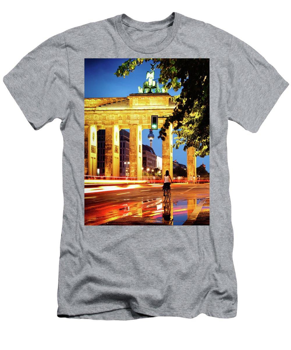 Berlin Men's T-Shirt (Athletic Fit) featuring the photograph Berlin - Brandenburg Gate At Night by Alexander Voss