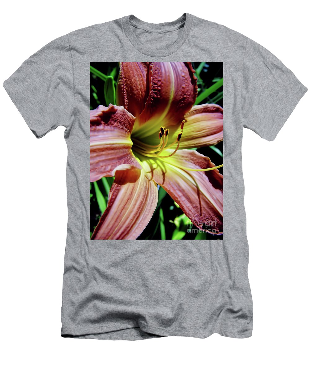 Lily Men's T-Shirt (Athletic Fit) featuring the photograph Daylily by D Hackett