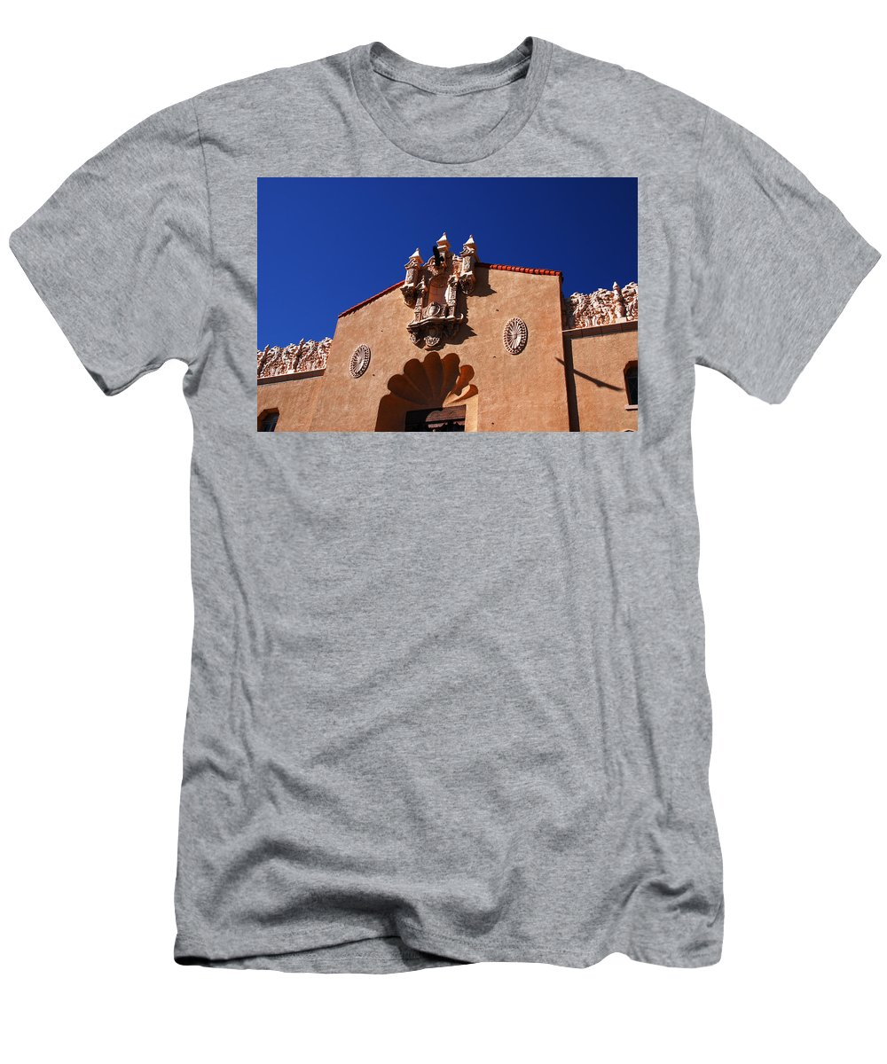 Santa Fe Men's T-Shirt (Athletic Fit) featuring the photograph Performing Art by Susanne Van Hulst